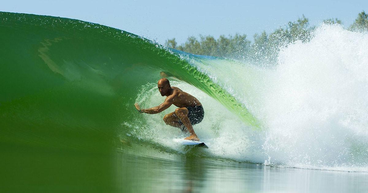 kelly slater reuni a los mejores surfistas para probar su