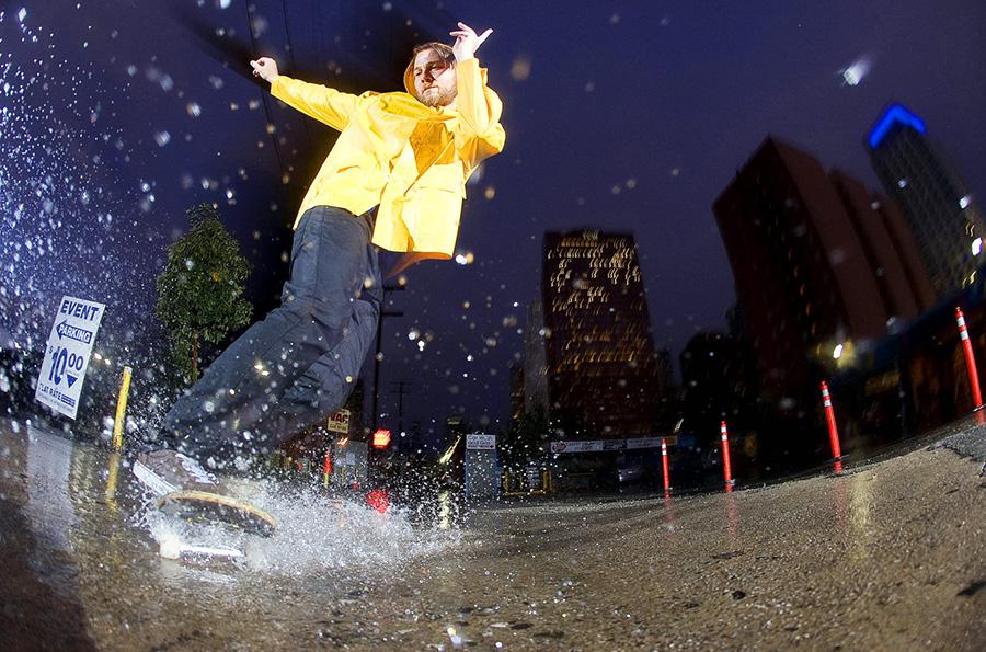 skate bajo la lluvia